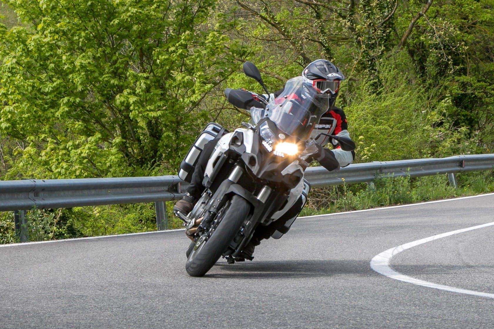 Benelli TRK 502 in curva