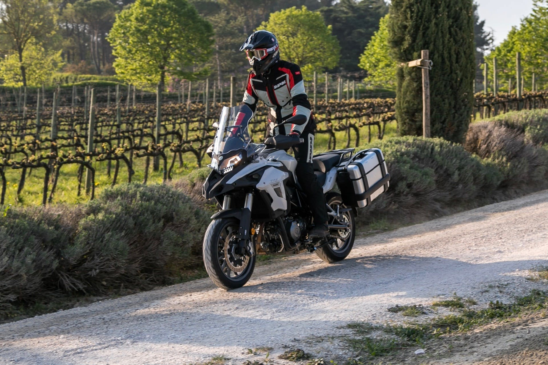 Benelli TRK 502 in movimento sullo sterrato