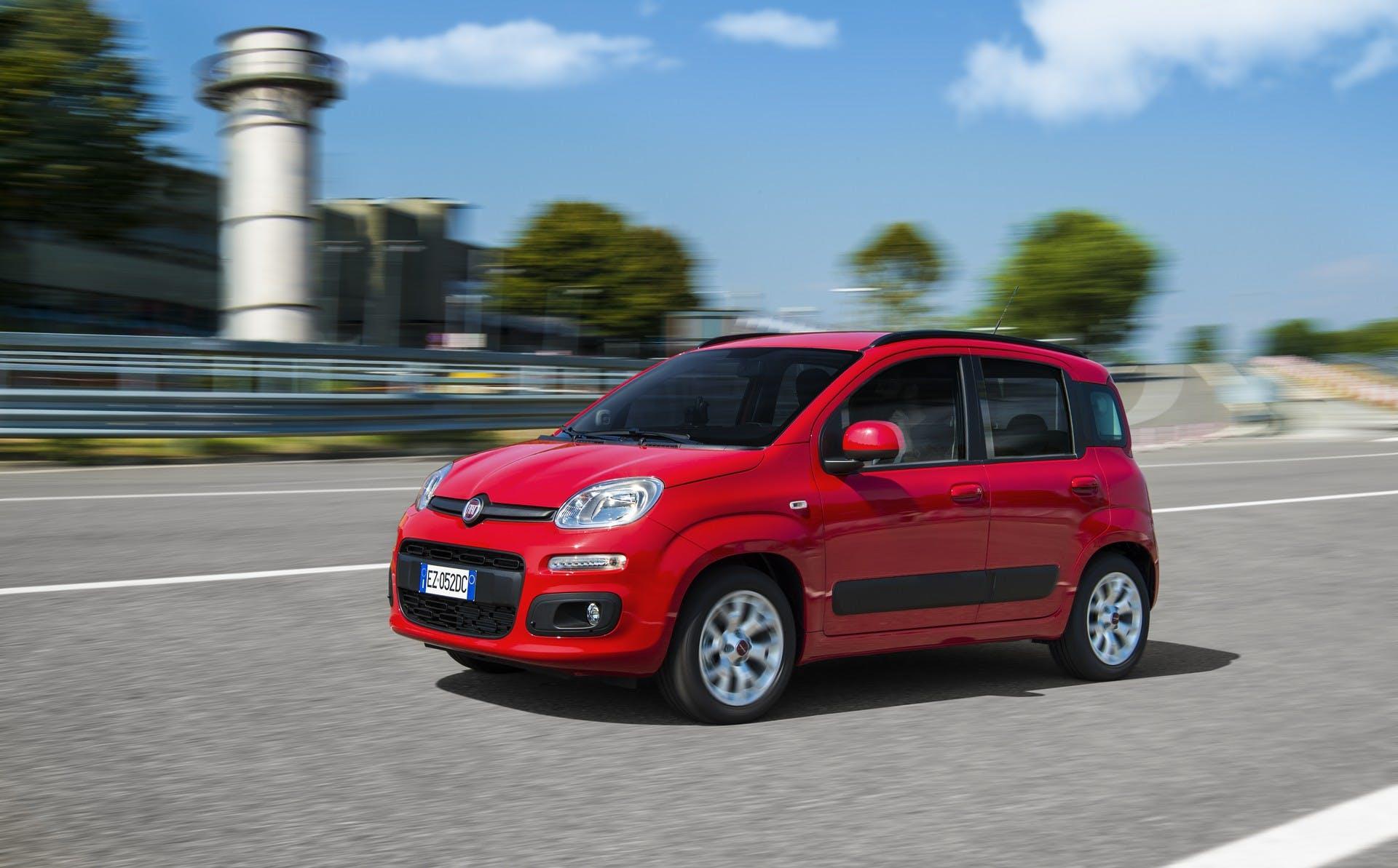 Fiat Panda cambio automatico color rosso vista lateralmente