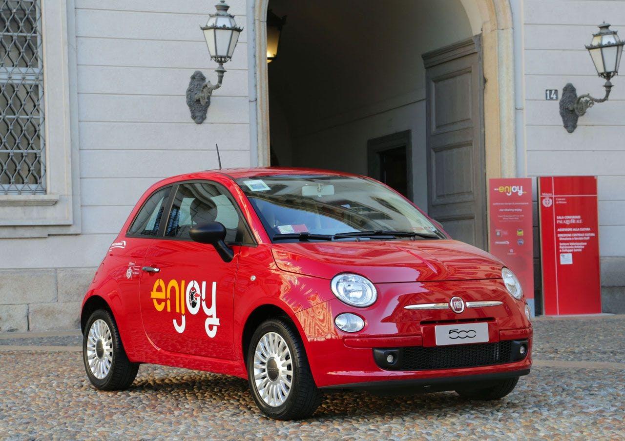 Fiat 500 color rosso vista a tre quarti legata al servizio Enjoy