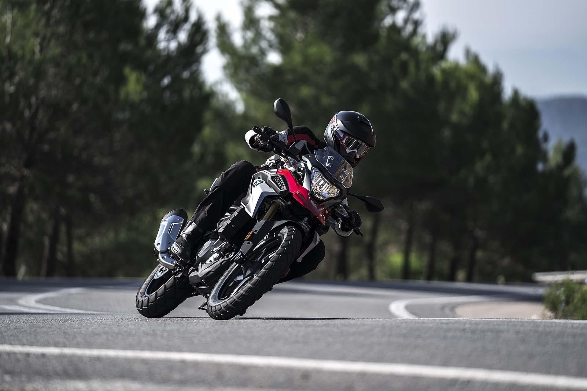 BMW G 310 GS Moto neopatentati A2 In azione in curva rossa