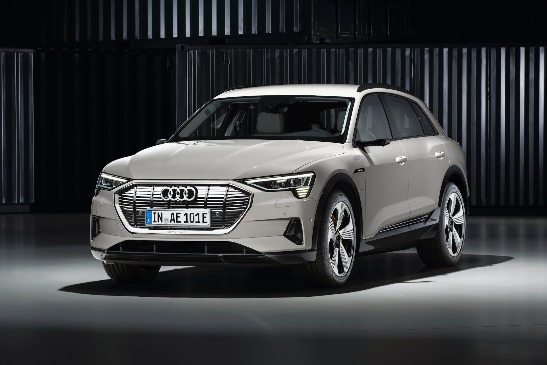 Audi e-tron bianca 3/4 anteriore