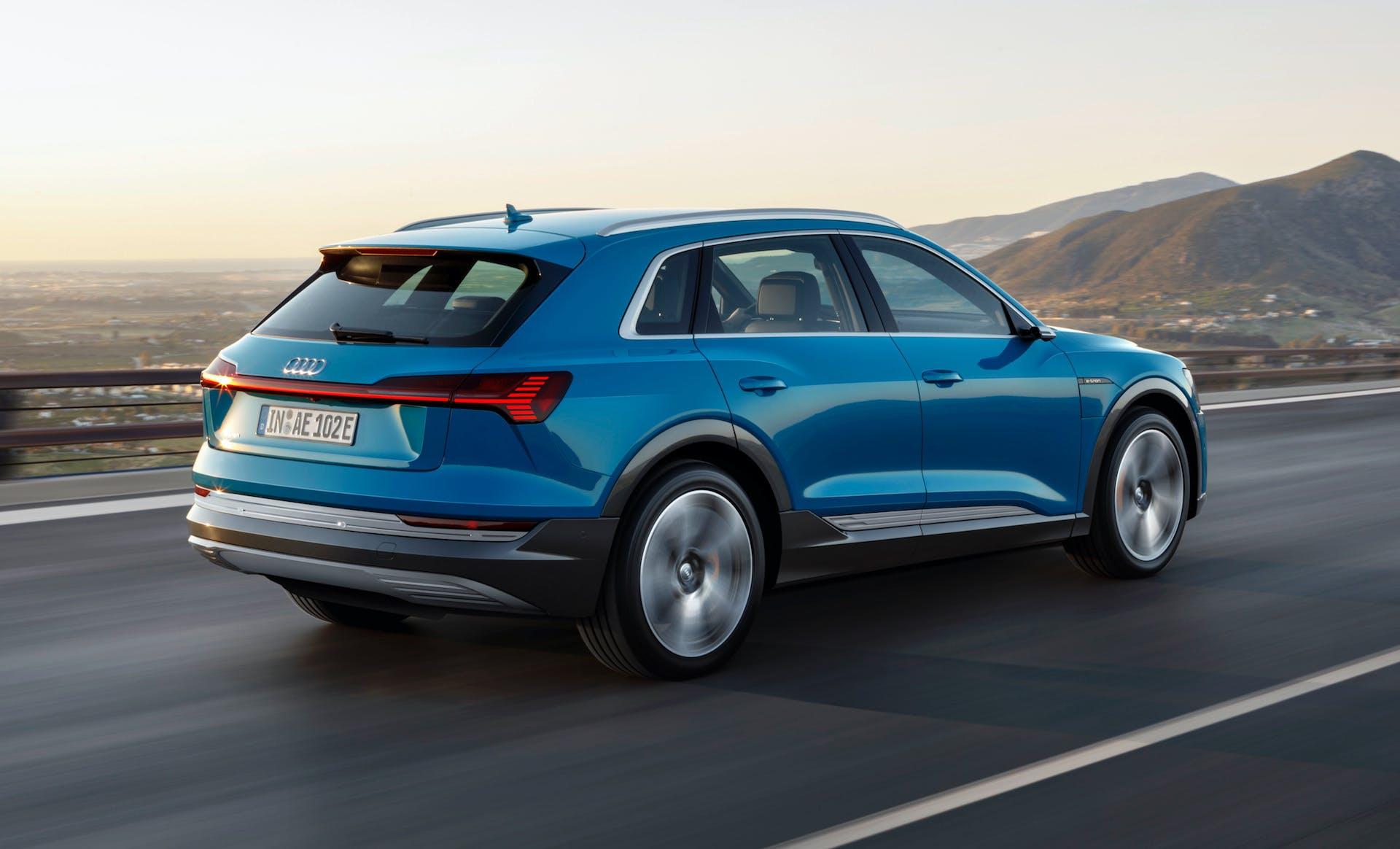 Audi e-tron blu montagne strada