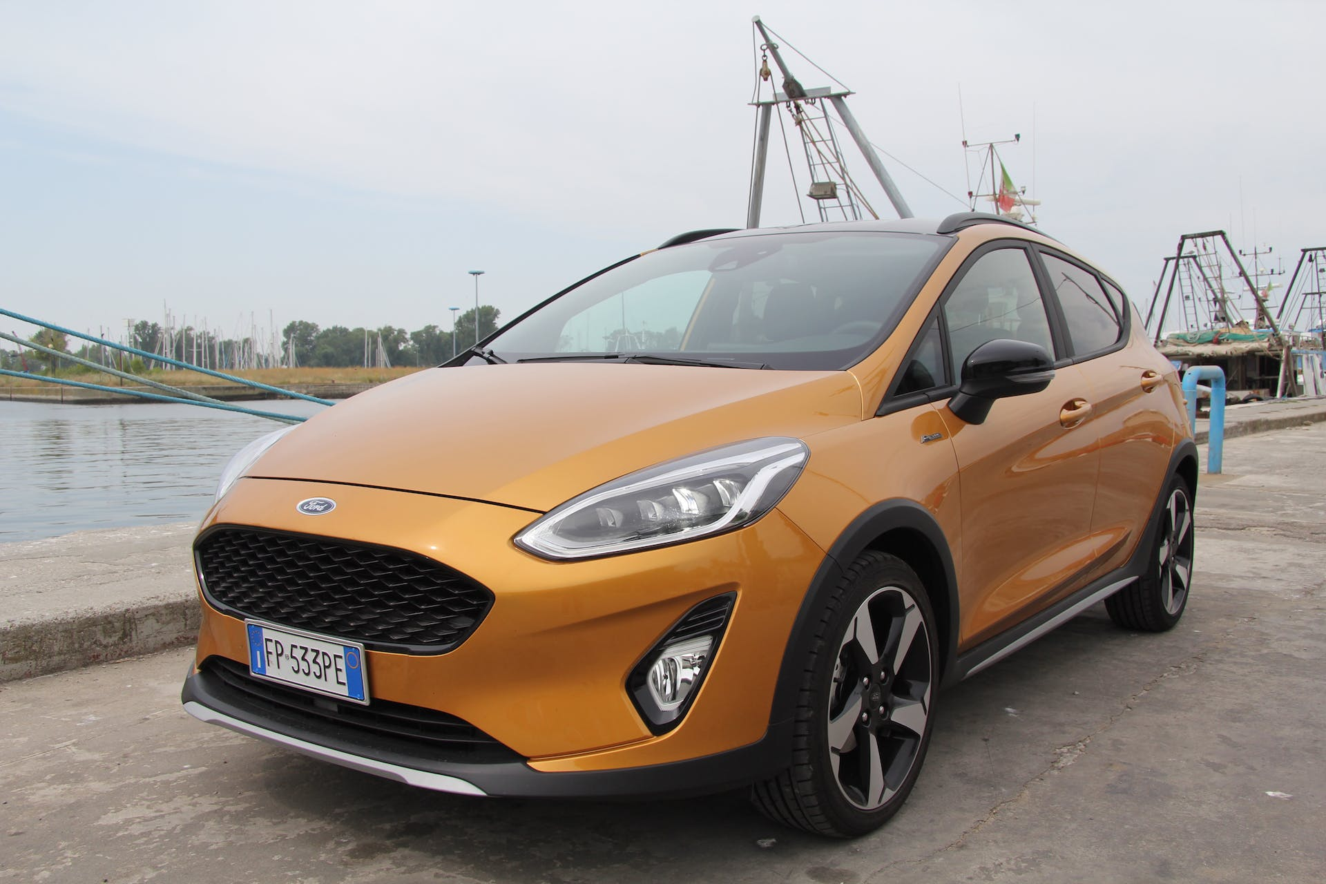 Ford Fiesta Active color terra bruciata vista tre quarti