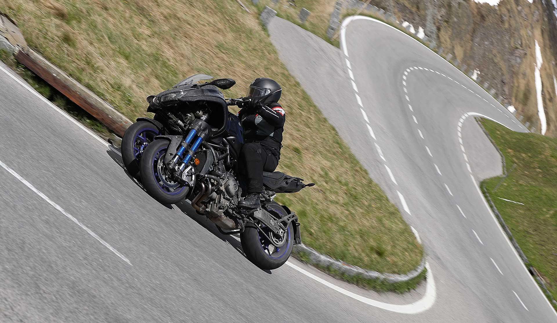 Yamaha Niken curva estrena moto in piega con strada sullo sfondo