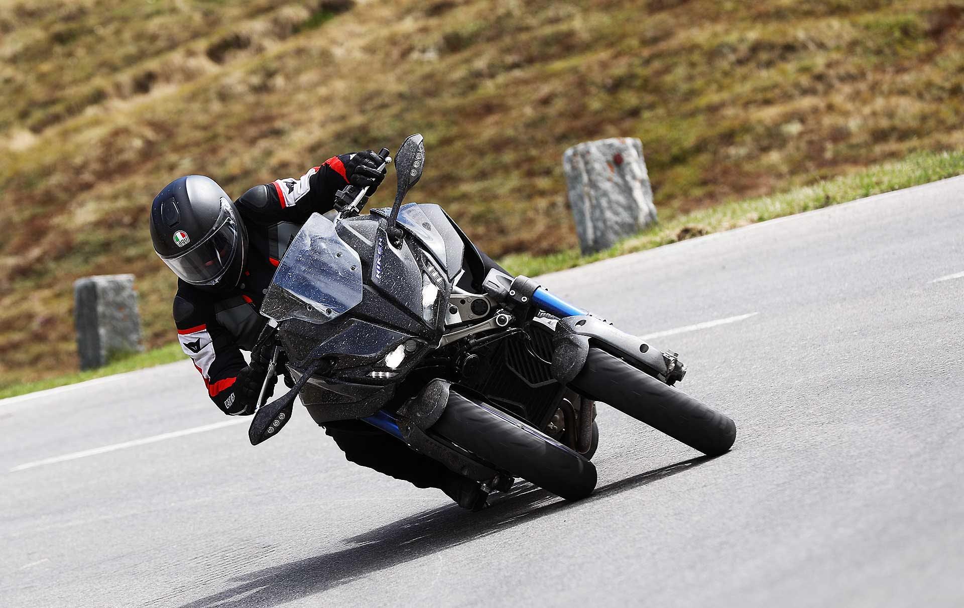 Yamaha Niken movimento in piega frontale