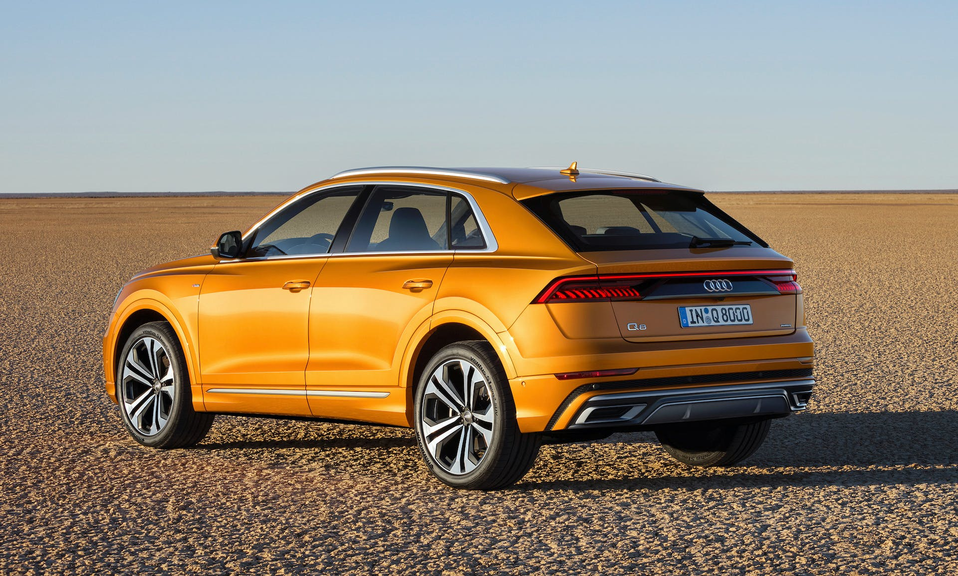 Audi Q8 drangon orange posteriore deserto