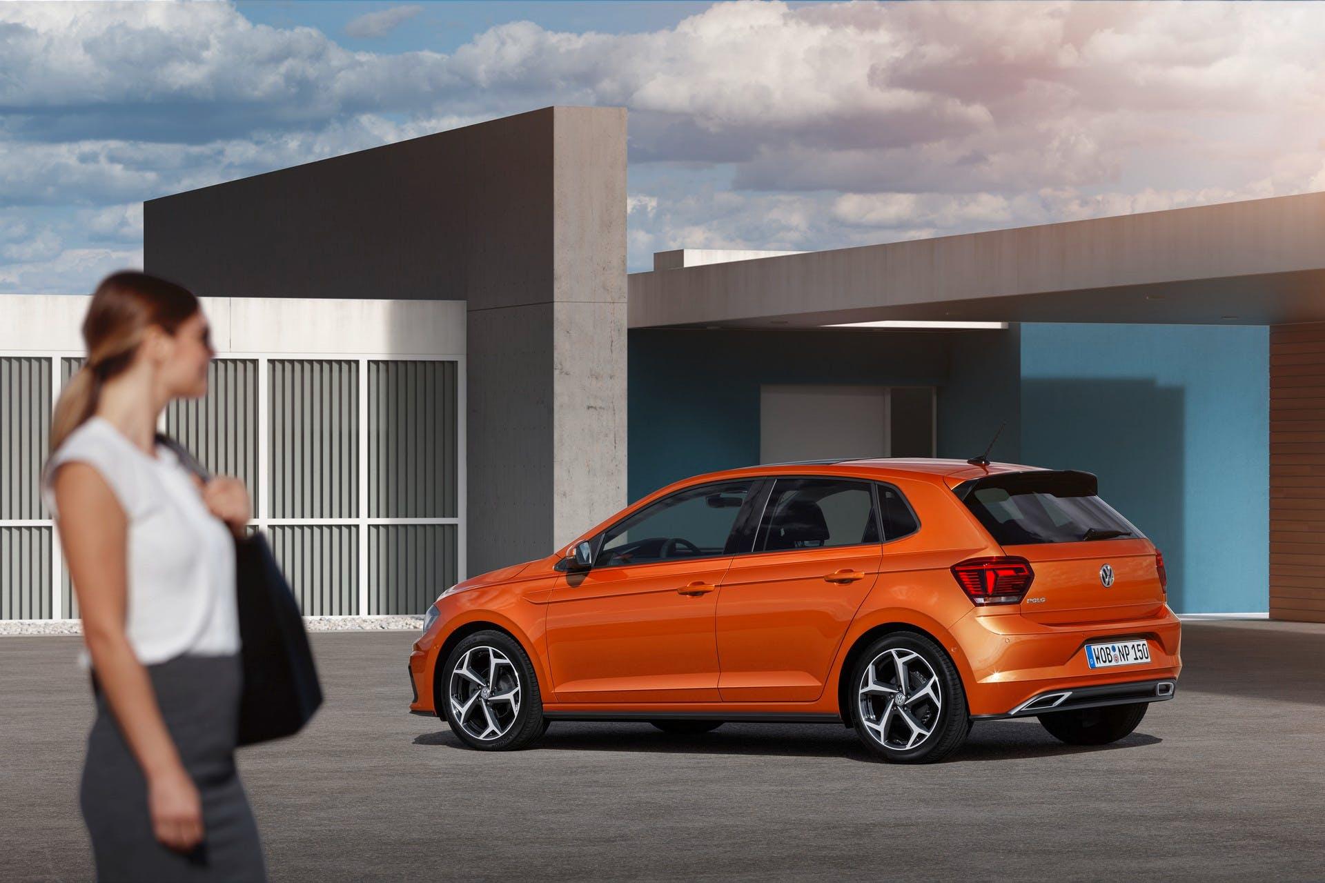 Volkswagen polo color arancio vista da dietro