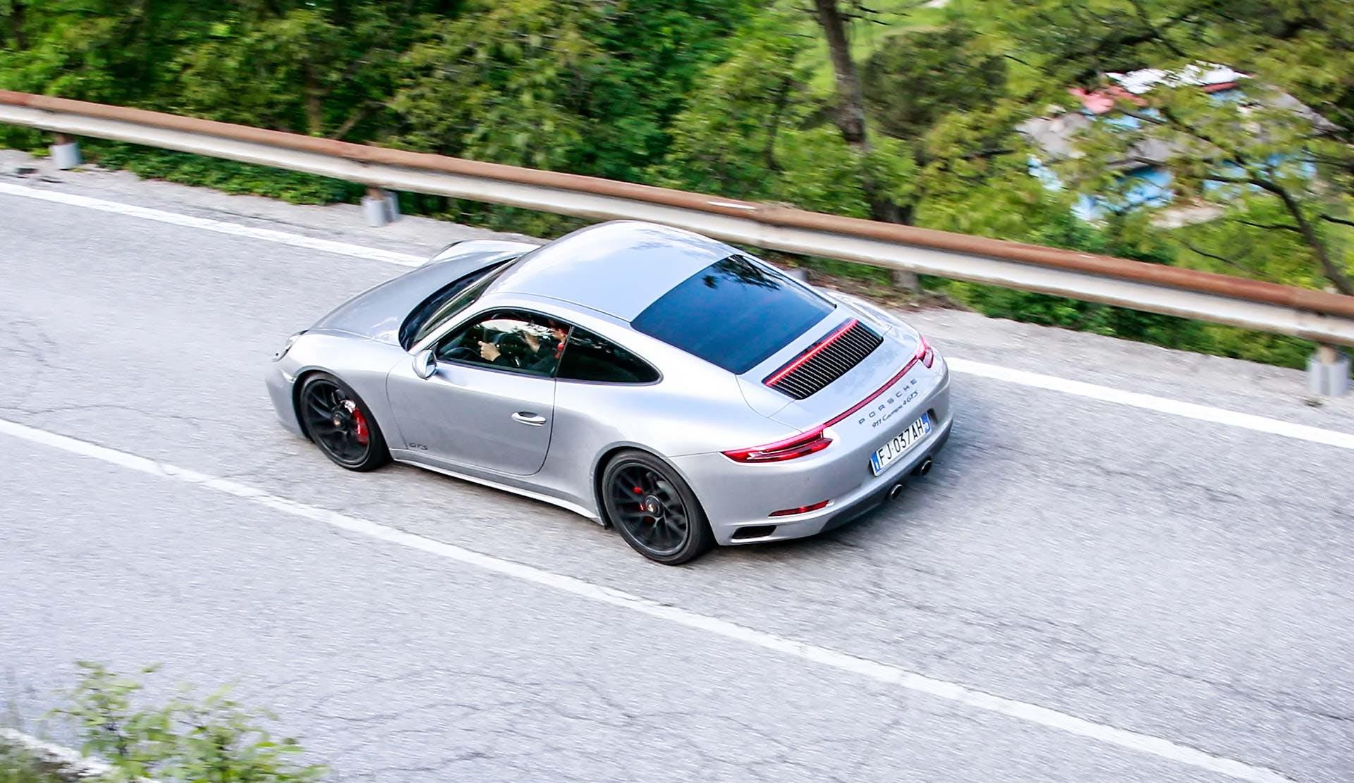 Porsche 911 GTS Grigia movimento dall'alto