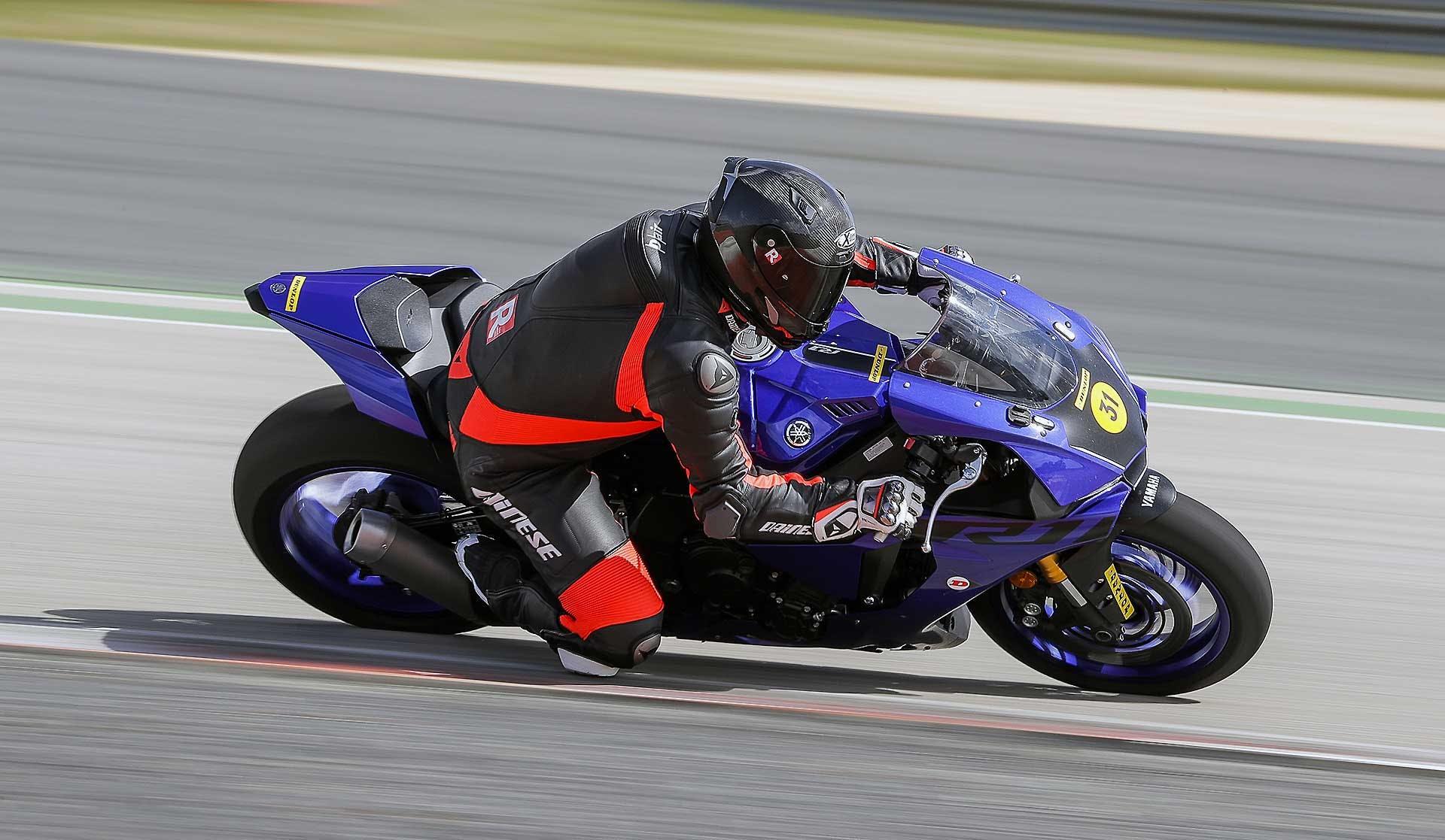Dunlop SportSmart TT In pista con Yamaha R1 Blu, piega a sinistra