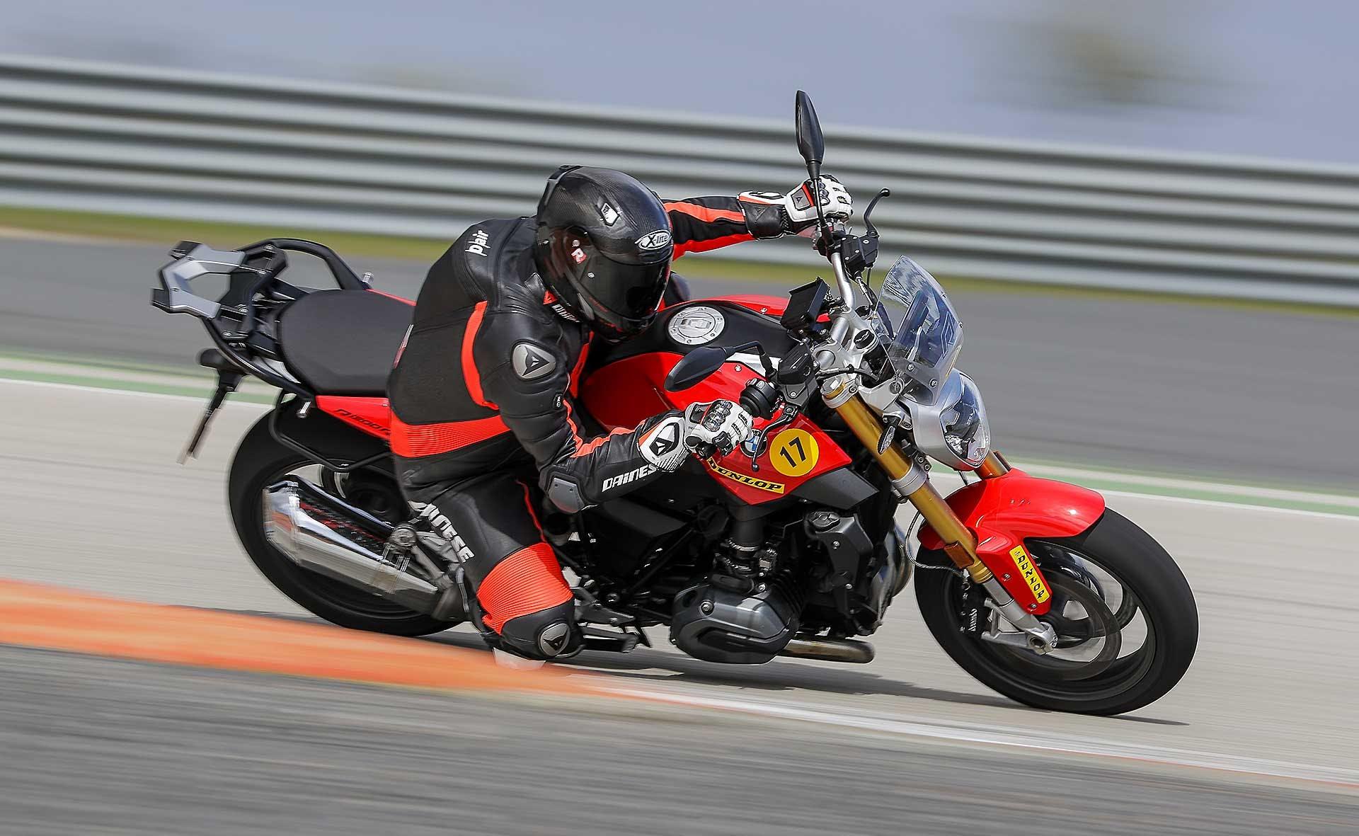 Dunlop SportSmart TT in pista con BMW R 1200 R