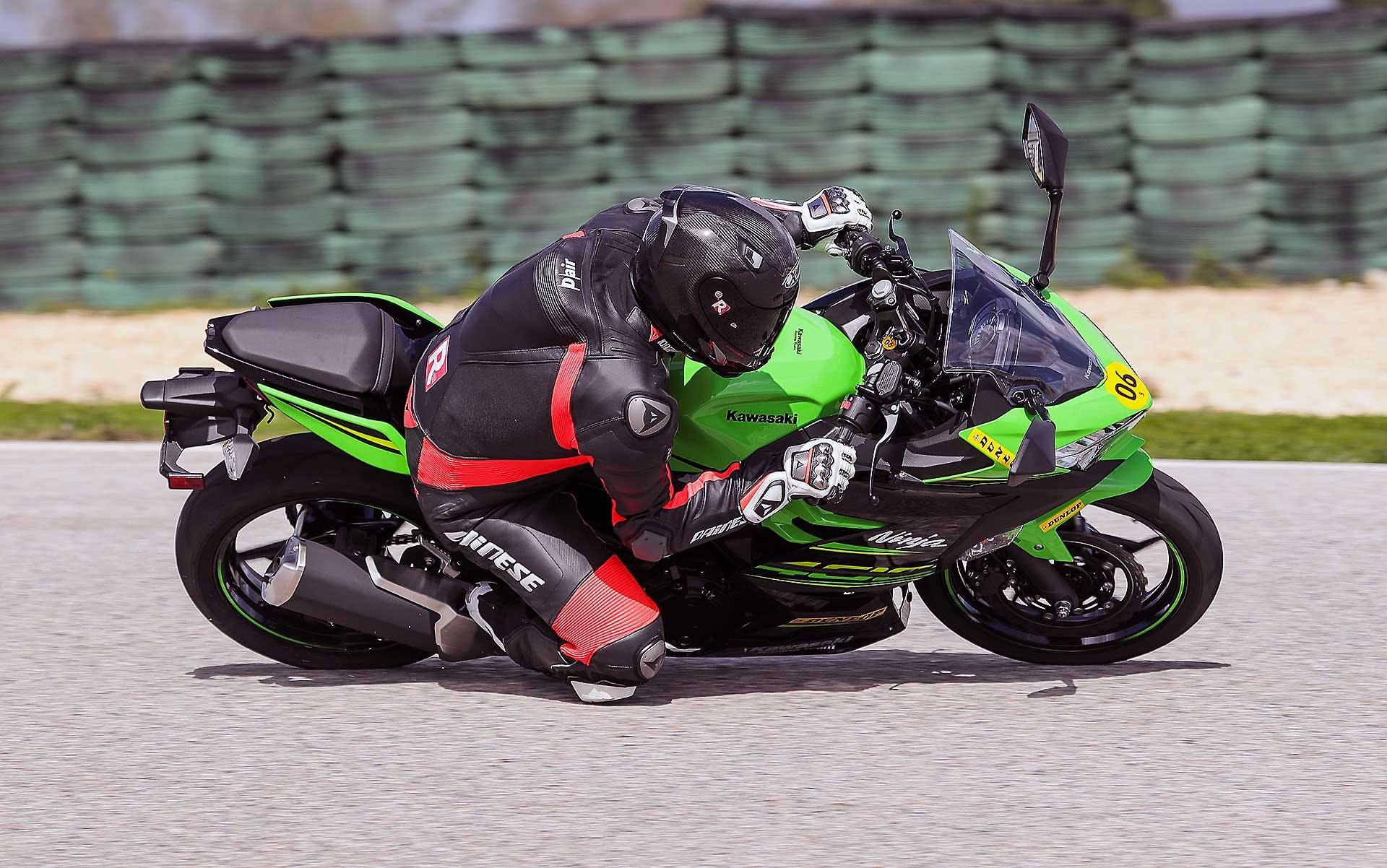 Dunlop SportSmart TT in pista con Kawasaki Ninja 400 Verde