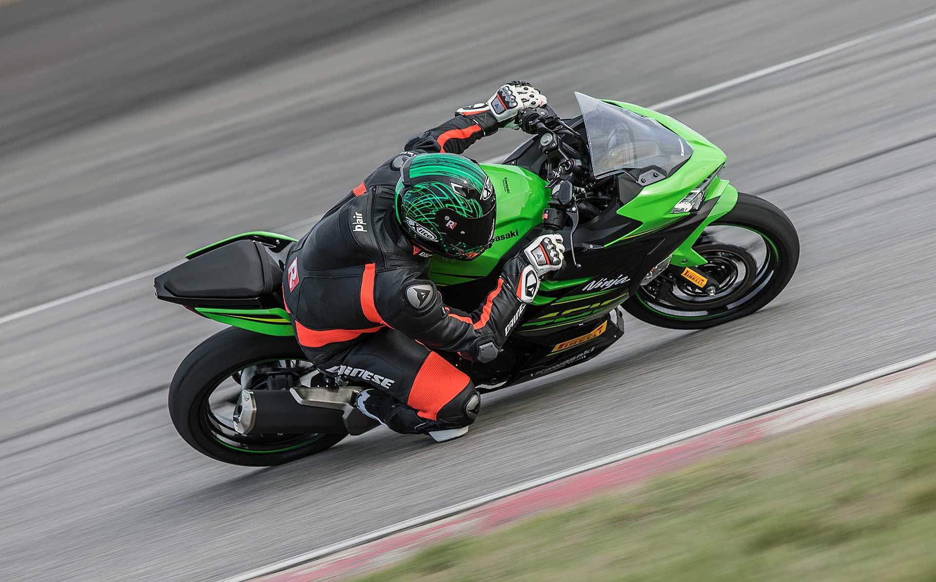 Kawasaki Ninja 400 verde movimento pista