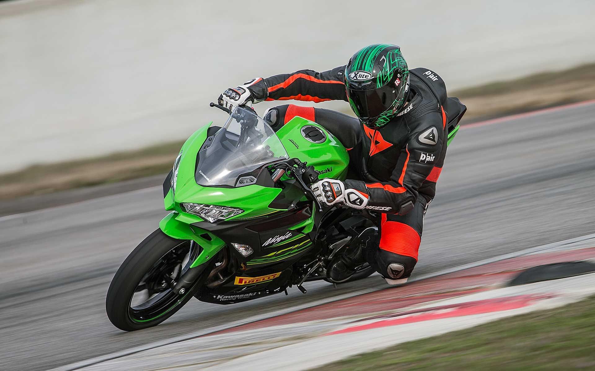 Kawasaki Ninja 400 in piega in pista moto per neopatentati A2