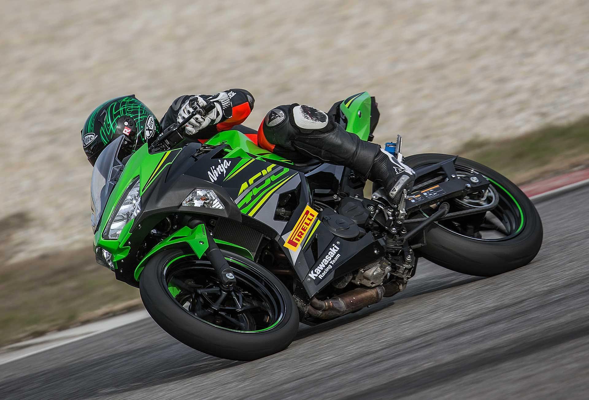 Kawasaki Ninja 400 verde movimento pista laterale
