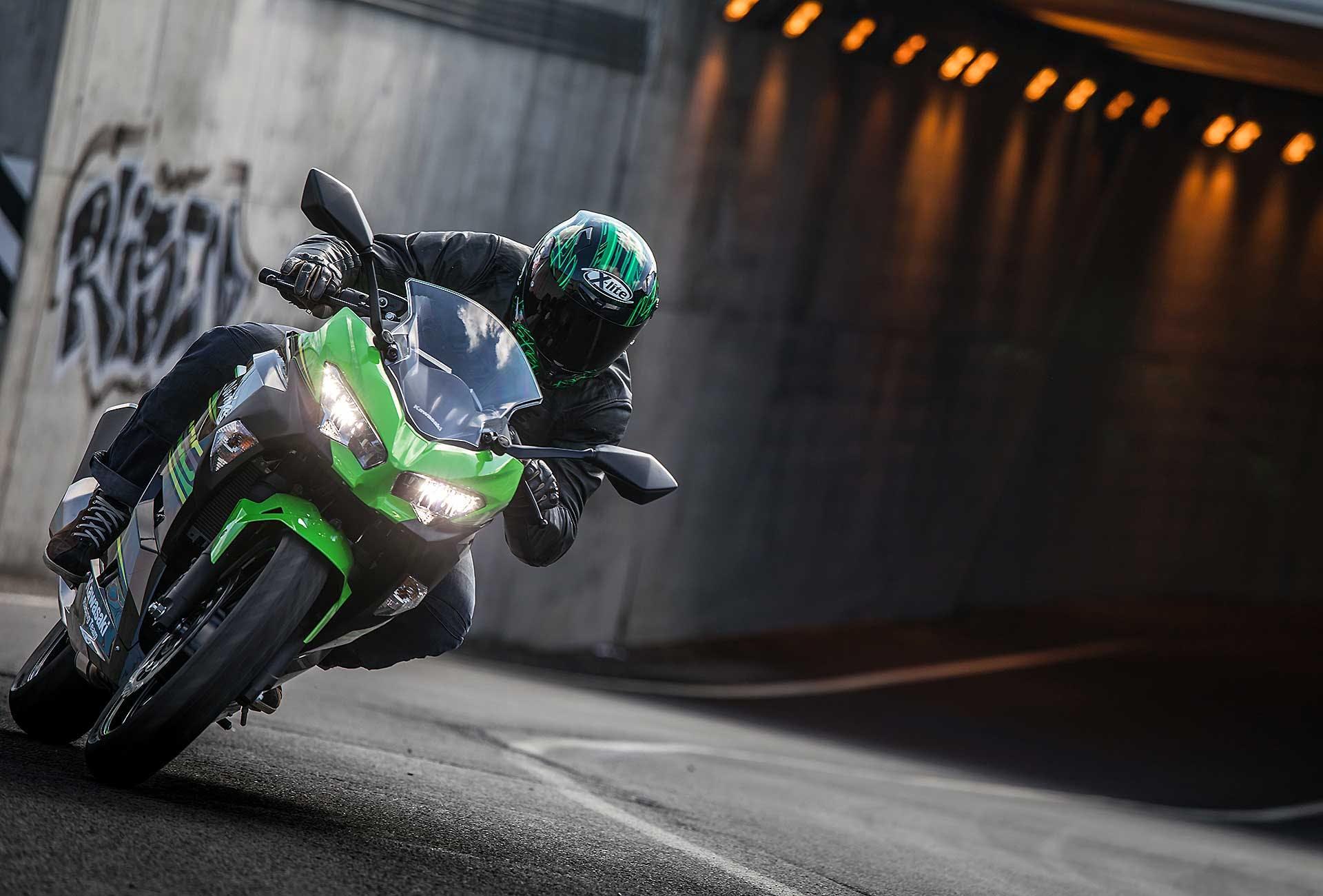 Kawasaki Ninja 400 verde movimento strada