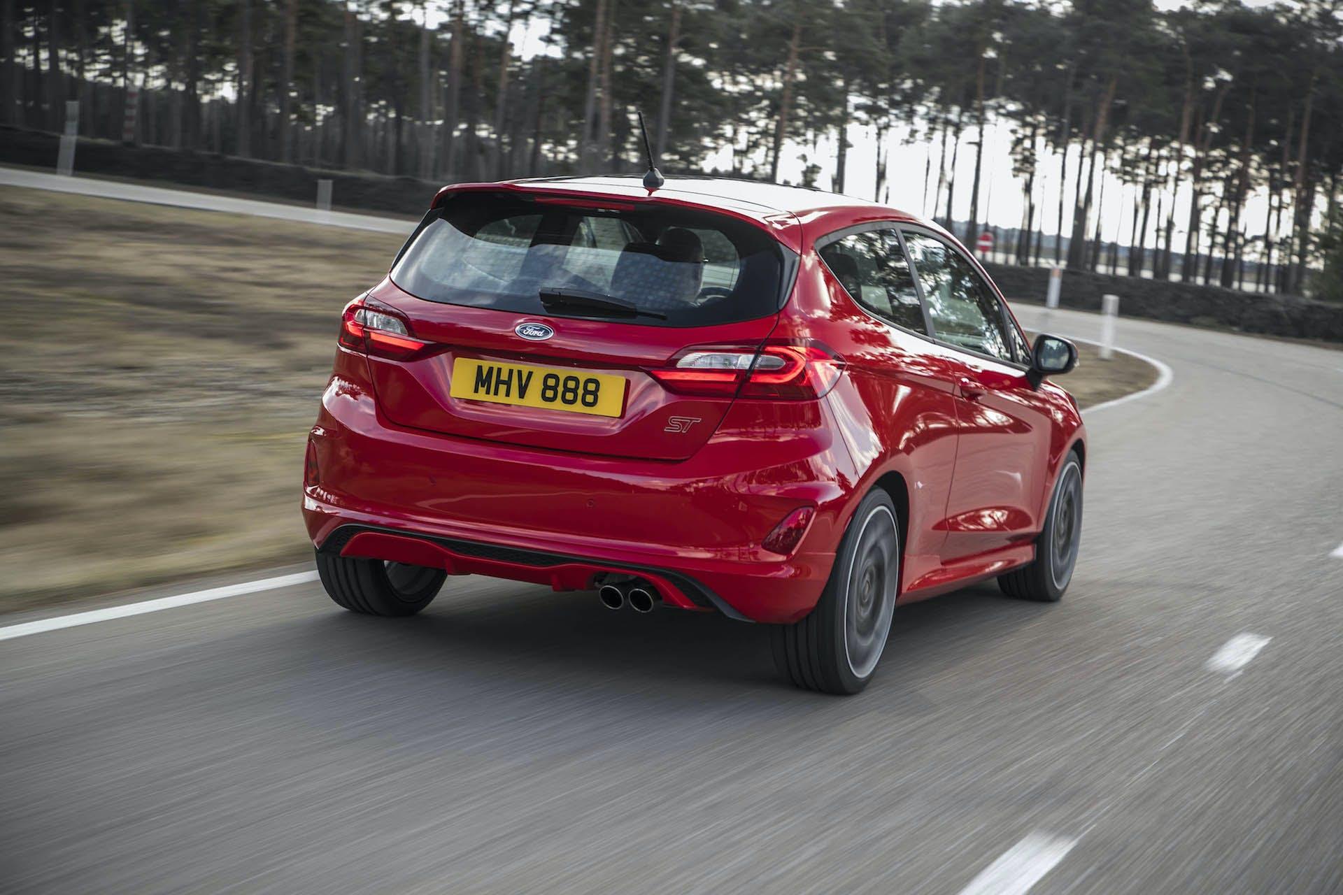 nuova ford fiesta st rossa posteriore alberi pista