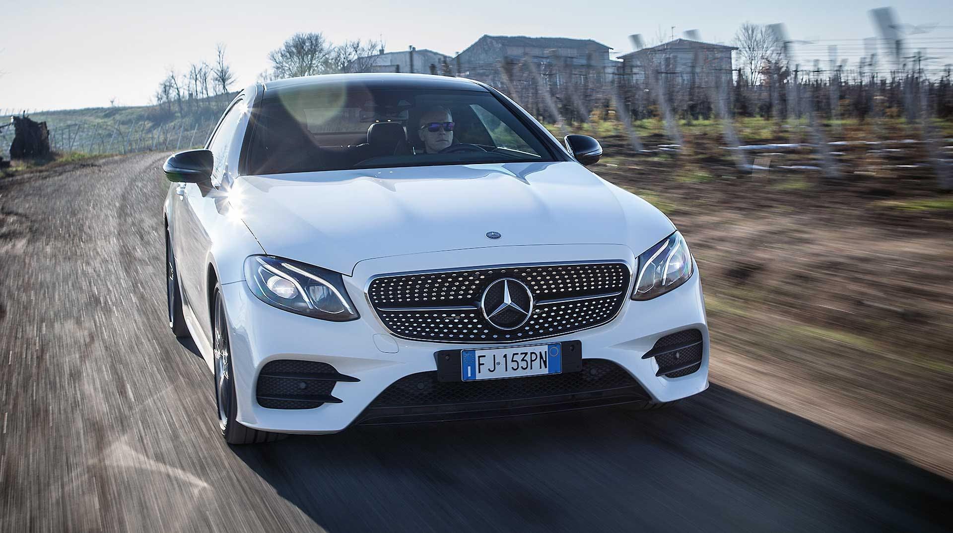Mercedes E220 Coupe bianca movimento camera car