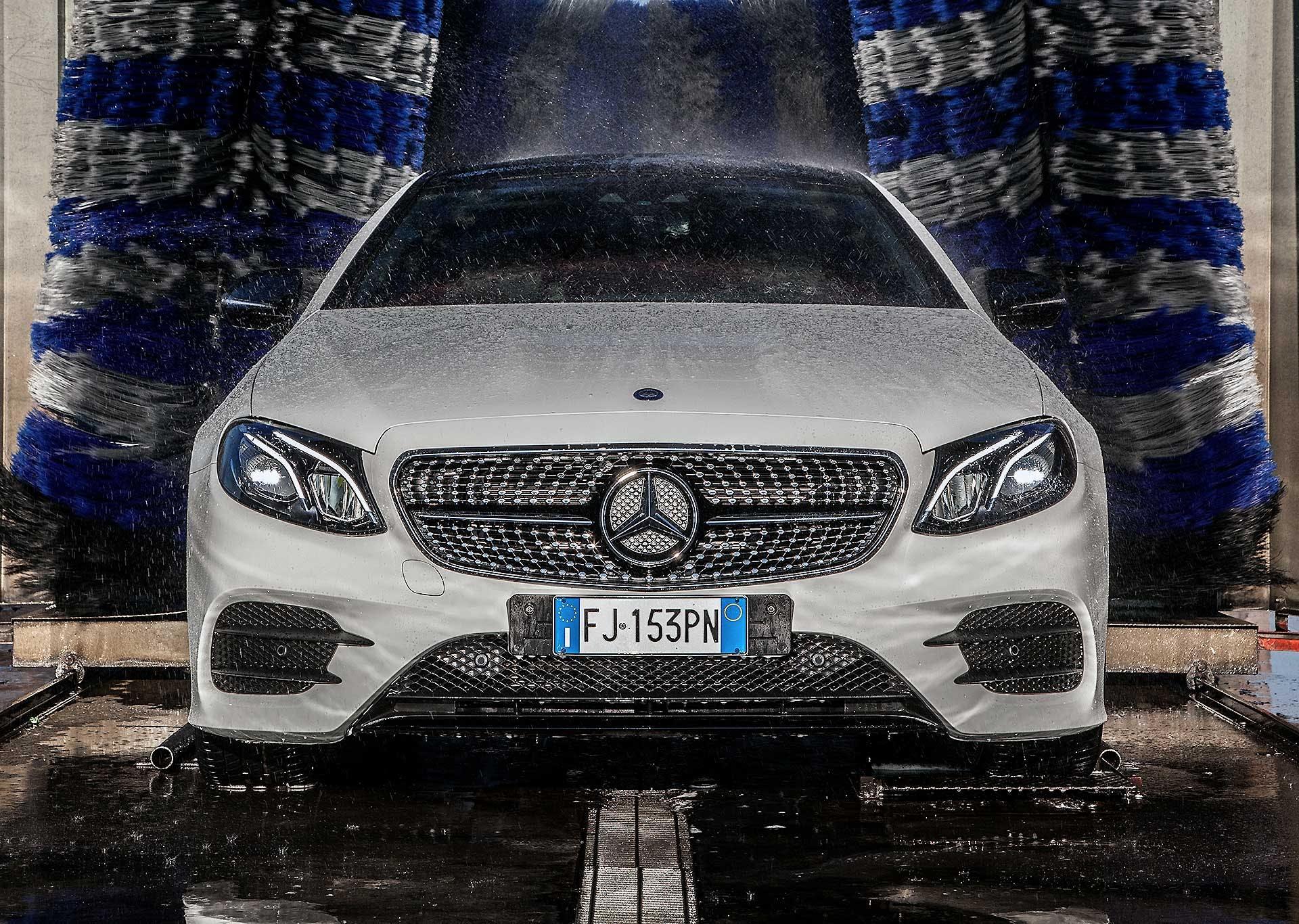 Mercedes E220 Coupe bianca autolavaggio