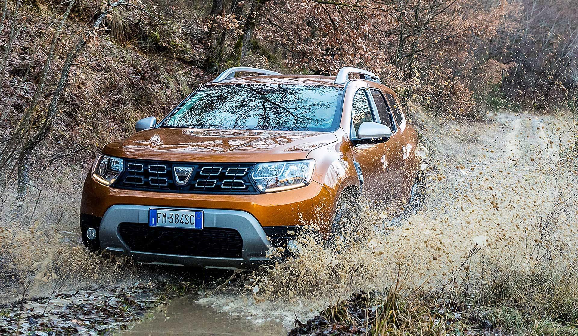 Dacia Duster 2018 gialla fuoristrada con pozzanghera