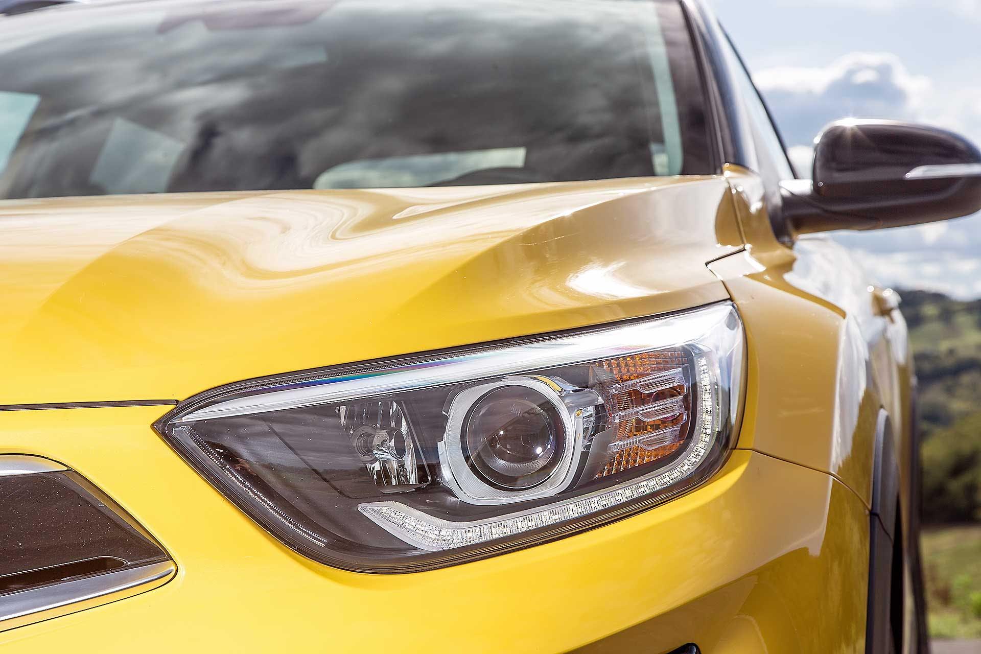 Kia Stonic gialla vista tre quarti anteriore