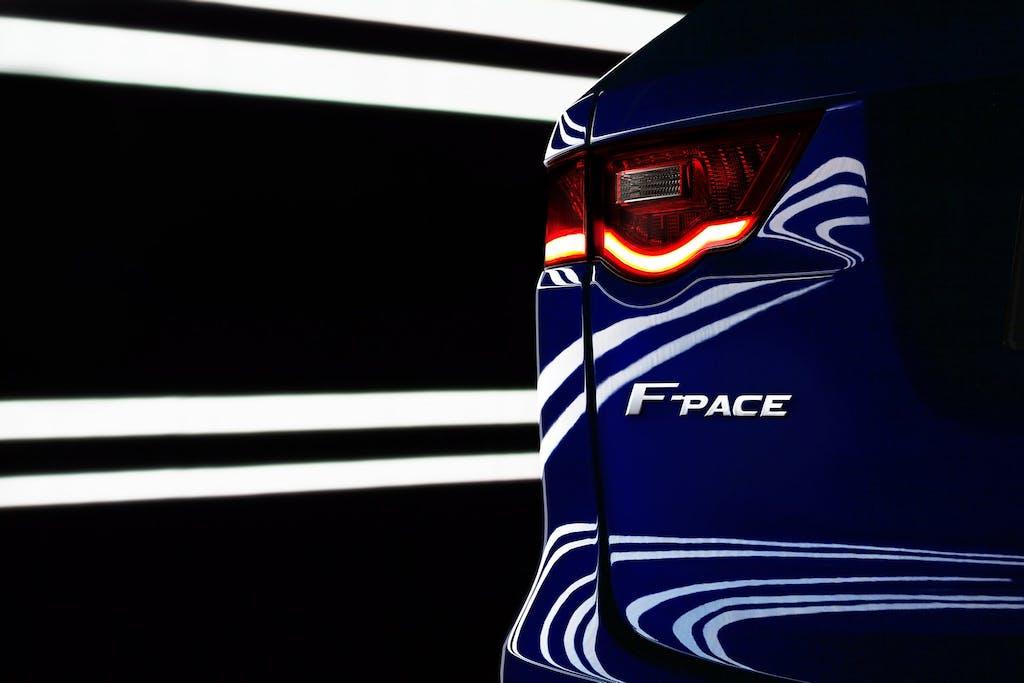 Jaguar F-Pace: si sveste al Tour