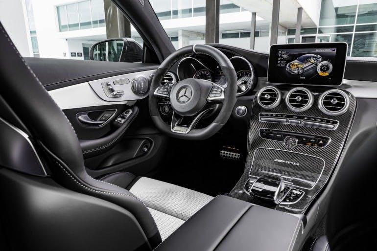 Mercedes-AMG C 63 S Coupé (C 205) 2015; Interieur: Leder kristallgrau/schwarz, AMG Performance Lenkrad in Leder Nappa schwarz/Mikrofaser DINAMICA im 3-Speichen-Design unten abgeflacht, 12 Uhr-Markierung in Schwarz, Lenkradblende in Silberchrom mit