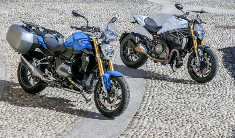 Duel-BMW-R1200R-Ducati-Monster-1200S-001