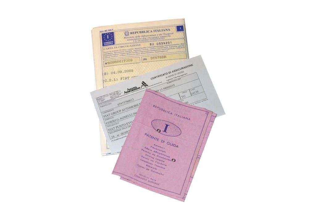Stesso intestatario per patente e libretto: facciamo chiarezza