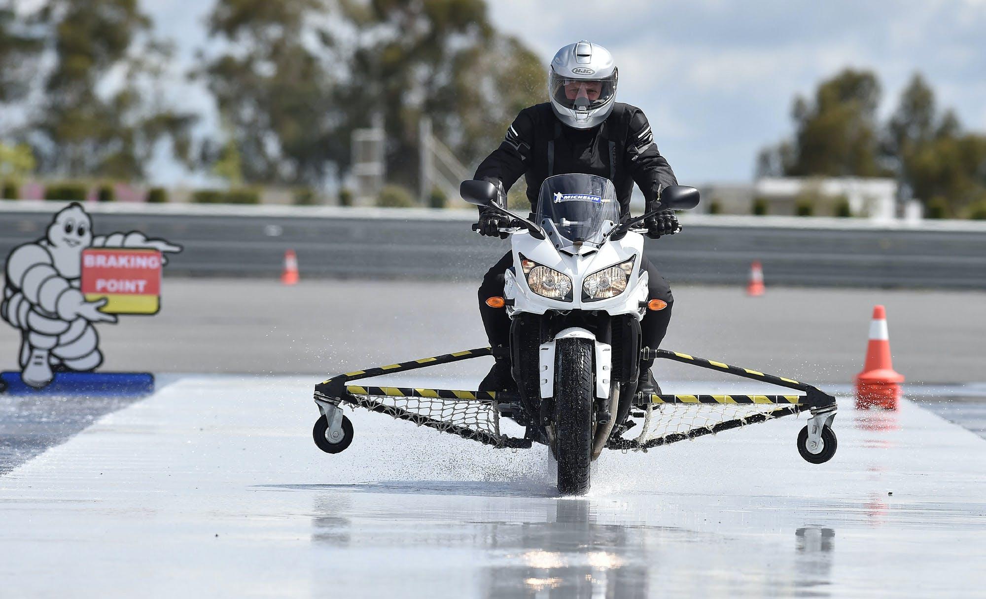 Michelin pilot road 4 test moto frenata sul bagnato