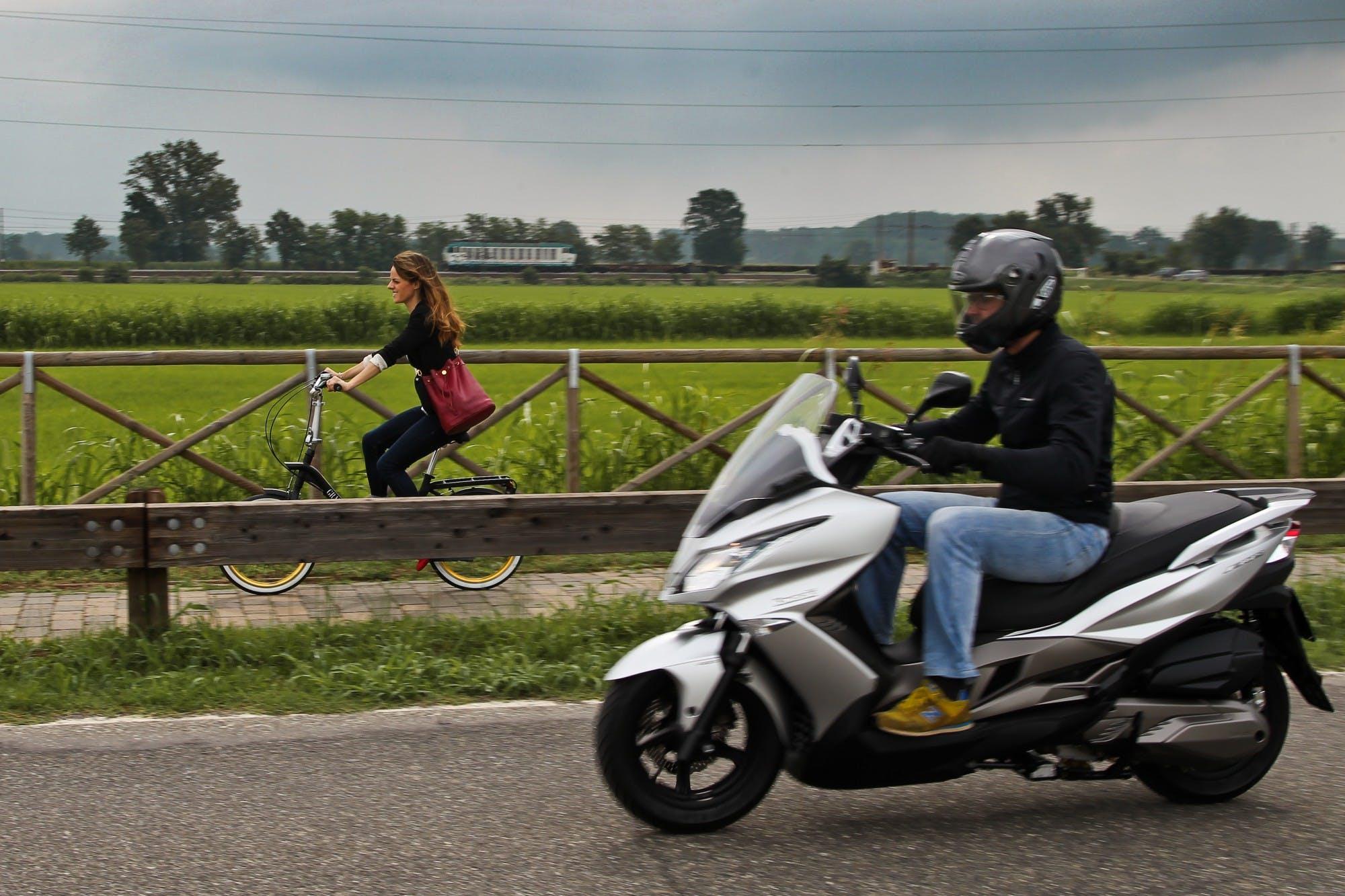 Lo scooter e' certamente il mezzo che ci fa risparmiare piu' tempo, ma una pedalata mattutina potrebbe essere un bel modo per impiegare il proprio tempo.