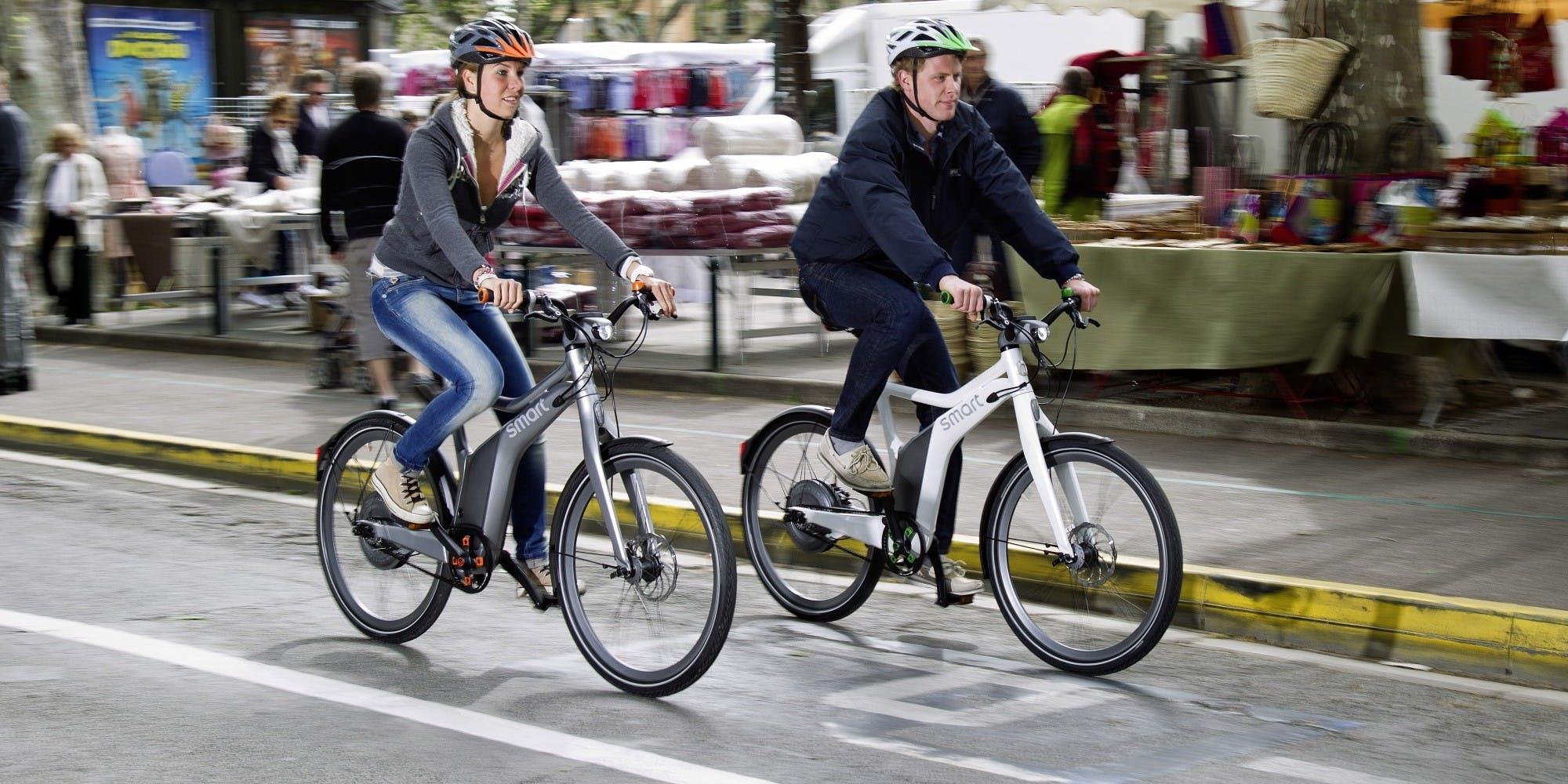 due bici elettriche smart in azione in contesto cittadino