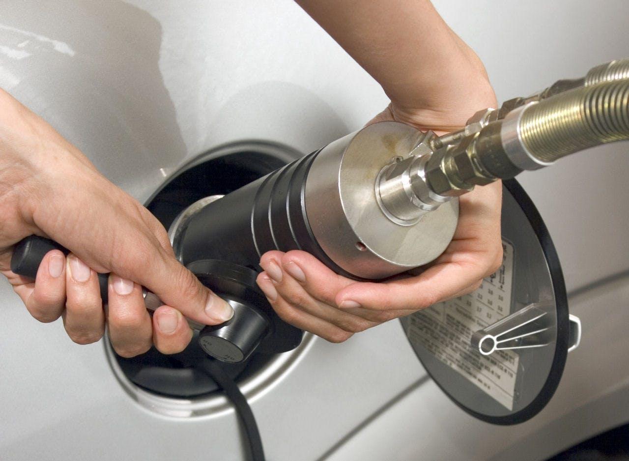 auto a metano bocchettone di rifornimento