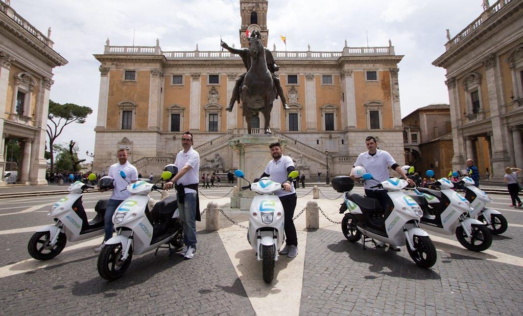 """Lo scooter """"al minuto"""" eCooltra sulle strade della Capitale"""