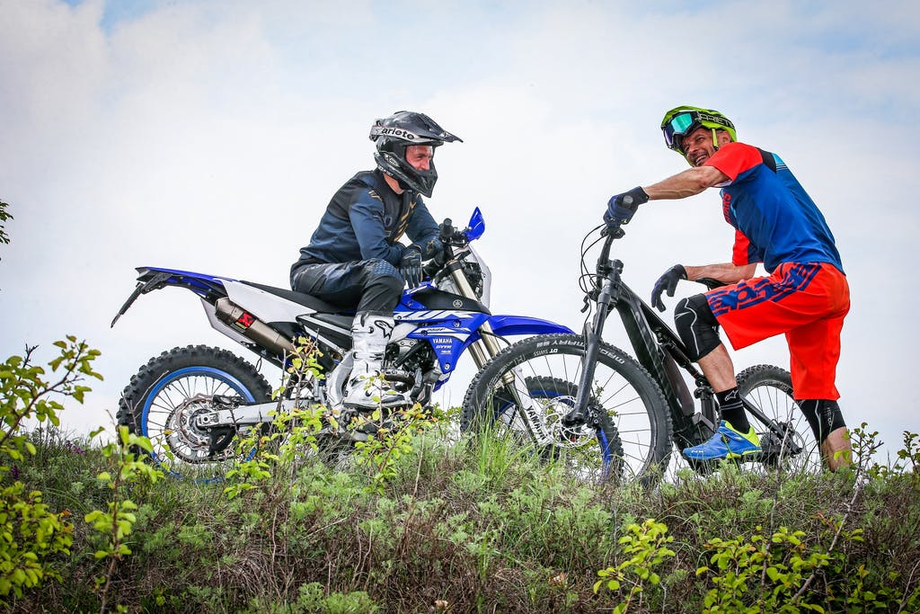 Canyon Spectral:ON e Yamaha WR250F, invasione di campo