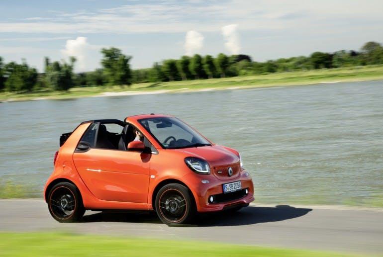 smart BRABUS fortwo cabrio; Exterieur: sunrise orange; Xclusive ;Kraftstoffverbrauch kombiniert: 4,6 l/100 km; CO2-Emissionen kombiniert: 104 g/km smart BRABUS fortwo Cabrio; exterior: sunrise orange; Xclusive; Fuel consumption combined: 4.6 l/100 km; CO2 emissions combined: 104 g/km