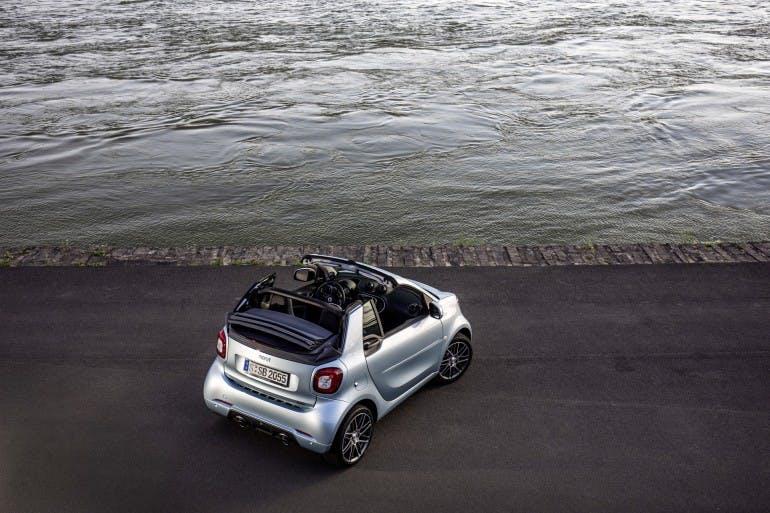 smart BRABUS fortwo cabrio; Exterieur: caribbean blue; Xclusive ;Kraftstoffverbrauch kombiniert: 4,6 l/100 km; CO2-Emissionen kombiniert: 104 g/km; smart BRABUS fortwo Cabrio; exterior: caribbean blue; Xclusive; Fuel consumption combined: 4.6 l/100 km; CO2 emissions combined: 104 g/km