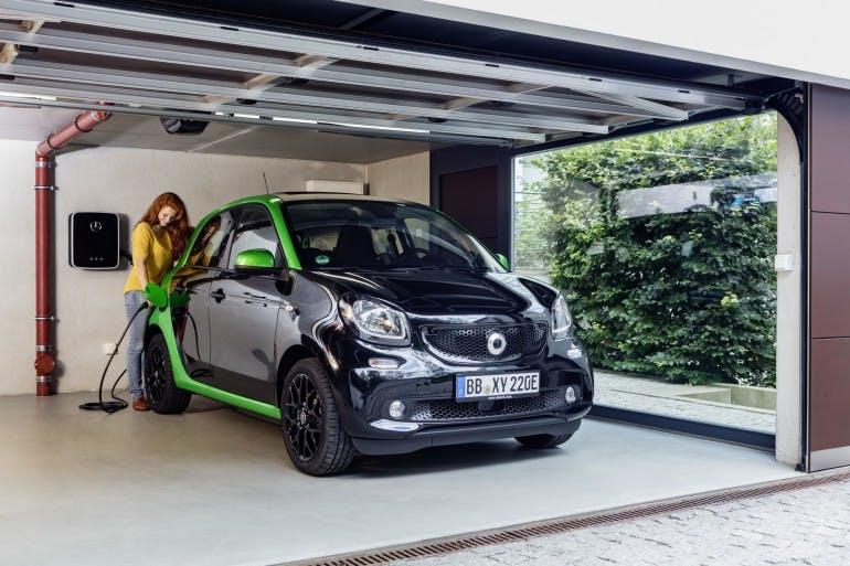 smart forfour electric drive; Exterieur: schwarz; Interieur: schwarz ;Elektrischer Energieverbrauch gewichtet: 13,1 kWh/100km ; CO2-Emissionen kombiniert: 0 g/km smart forfour electric drive; exterior: black; interior: black; Electric power consumption, weighted: 13.1 kWh/100km; CO2 emissions combined: 0 g/km
