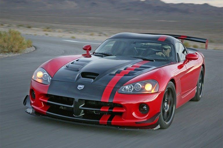 Una Dodge Viper SRT rossa a e nera in uscita di curva in una strada nel deserto