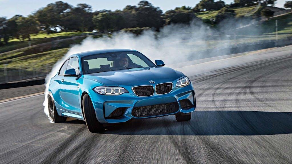 BMW prepara una nuova M2. A trazione posteriore
