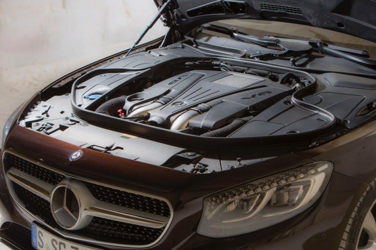 """Das neue S-Class Cabriolet und der neue SLC, Côte d'Azur 2016, Mercedes Benz S 500 Cabriolet, rubinschwarz-mettalic, Leder: designo beige <> The new S-Class Cabriolet and the new SLC, Côte d'Azur 2016, Mercedes Benz S 500 Cabriolet, ruby black, Leather: designo Exclusive nappa porcelain / espresso brown Kraftstoffverbrauch kombiniert: 8,5 (l/100 km), CO2-Emissionen kombiniert: 199 (g/km) Fuel consumption, combined: 8.5 (l/100 km), CO2 emissions, combined: 199 (g/km)"""" />Ampie prese d'aria frontali, cofano motoreimponente, maschera del radiatore Matrix con la stella Mercedes al centro: a capote chiusa questa Cabrio può essere facilmente scambiata per lacoupé, fortedel Cx da record per il segmento (0,29), emblematico della cura riservata allo studio aerodinamico, cioè a un ambito dal sicuroimpatto su efficienza generale e comfort. Con lo stesso obiettivo è stata studiata la capote, che come su tutte le Mercedes-Benz – e anche sulla Smart – è a tre strati, per ottenere il massimo isolamento dal rumore e dall'acqua. Capote proposta in nero, blu scuro, beige e rosso scuro: si apre in 20 secondi e fino a 50 km/h. Nel bagagliaio il vano che accoglie la capote richiusa si predisponeautomaticamente, senza che sia il guidatore a doversene preoccupare. Tra i tanti accorgimenti per migliorare il comfort e trasformare la Cabrio in un vero e proprio salotto scoperto e su quattro ruote, figurano il sistema frangivento Aircap di serie, per ridurre le turbolenze nell'abitacolo, e il riscaldamento Airscarf per la zona del collo: specifiche bocchette sui poggiatesta garantiscono comfort termicoalla testa, consentendo di utilizzare l'auto scoperta con temperature esterne relativamente rigide.Il climatizzatore automatico Comformatic con le sue tre modalità di azione (Diffuse, Medium e Focus) garantisce secondo il costruttore la stessa qualità a bordo sia a capote chiusa sia a cielo aperto.<img class="""