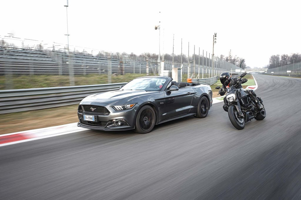 Duel Ford Mustang 5.0 Ducati Diavel Carbon