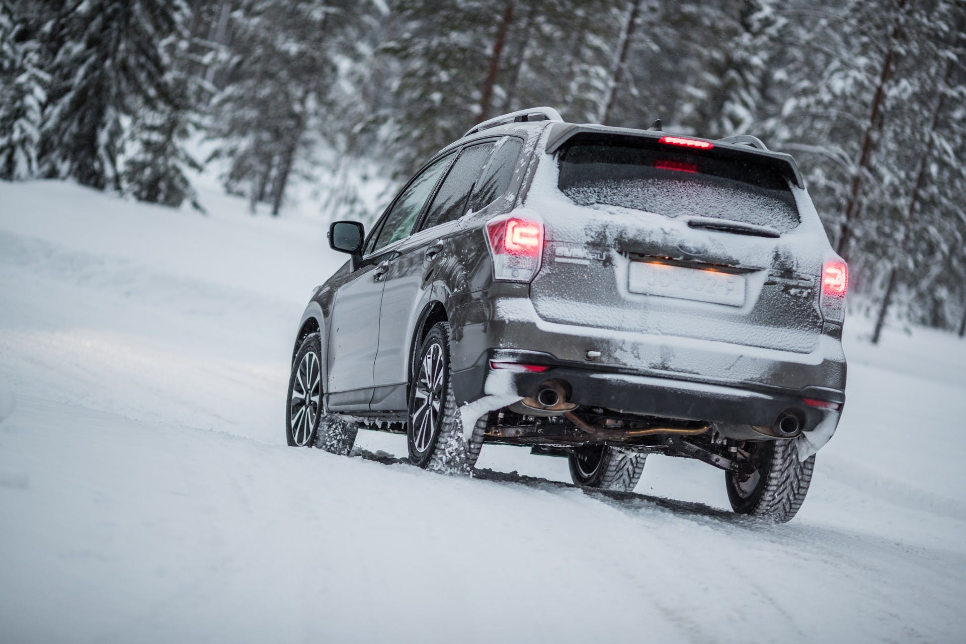 Subaru Forester color grigio vista da dietro su neve