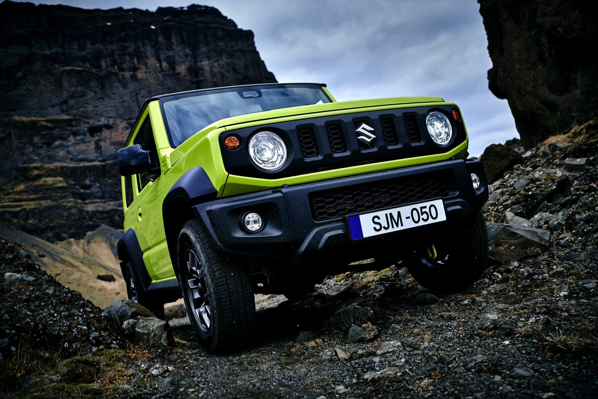 Suzuki Jimny color verde vista frontale su sterrato