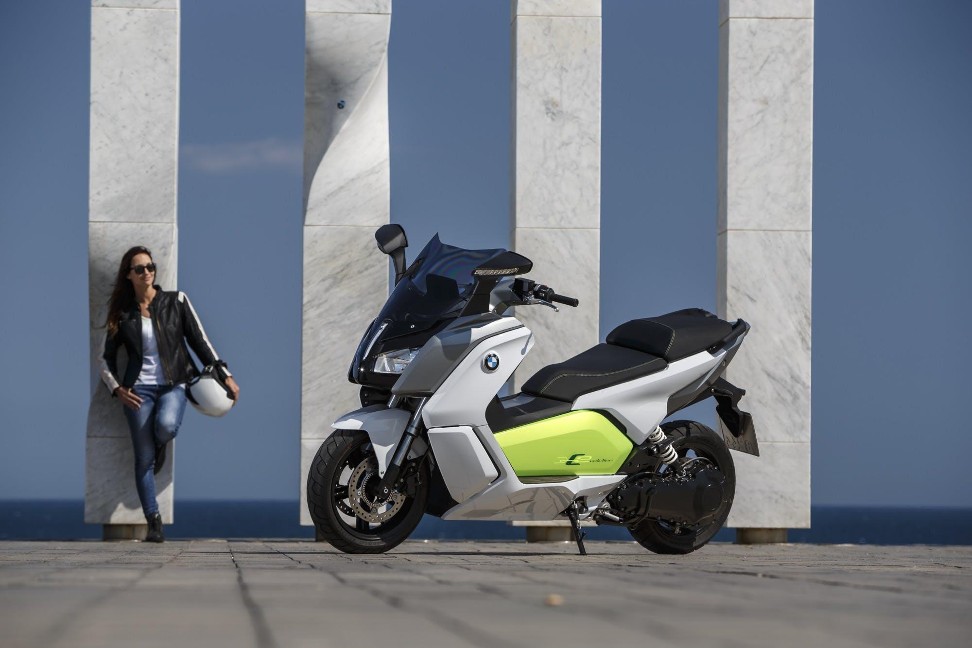BMW C Evolution, statica su sfondo murales