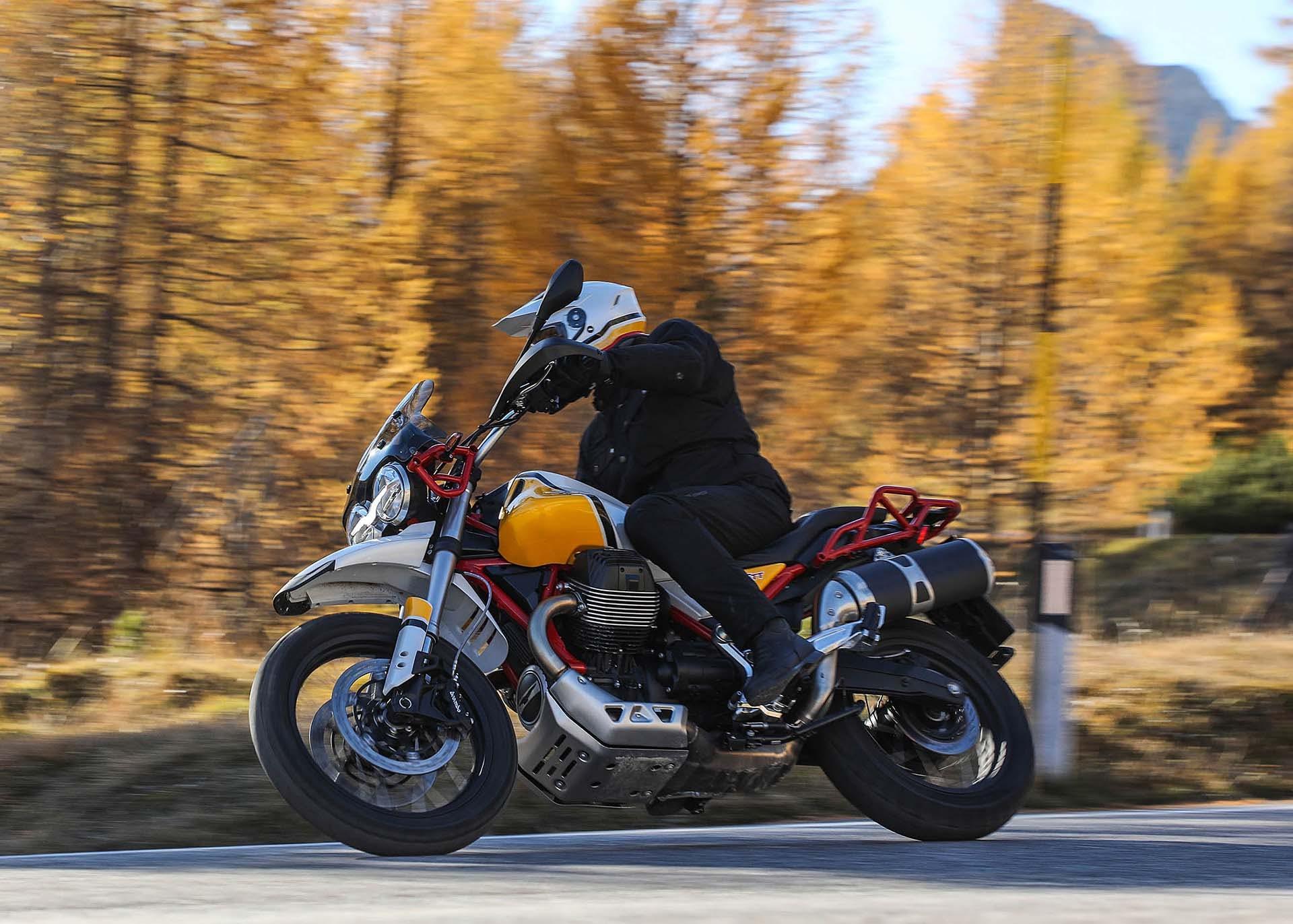 Moto Guzzi V85 TT in piega in montagna