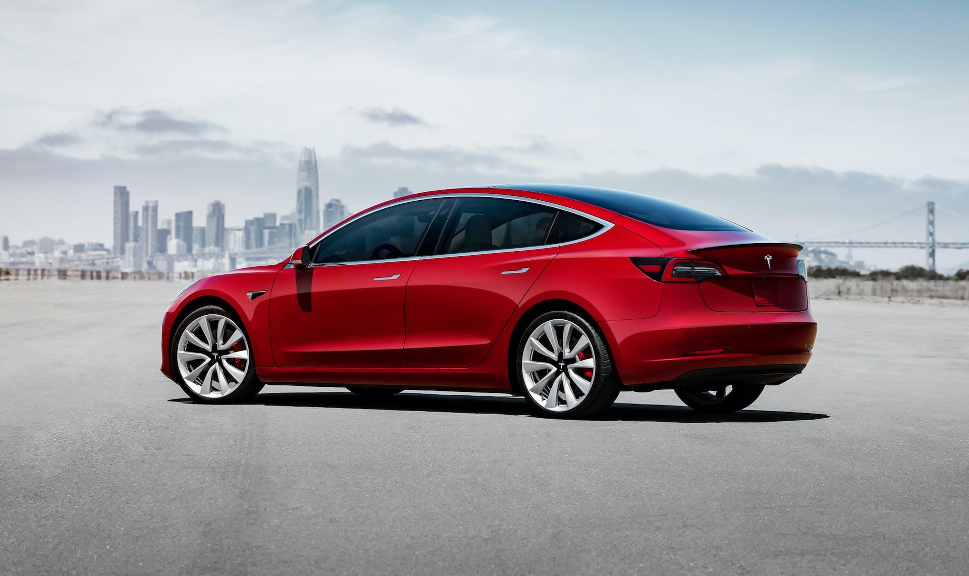 Tesla model 3 auto rossa laterale