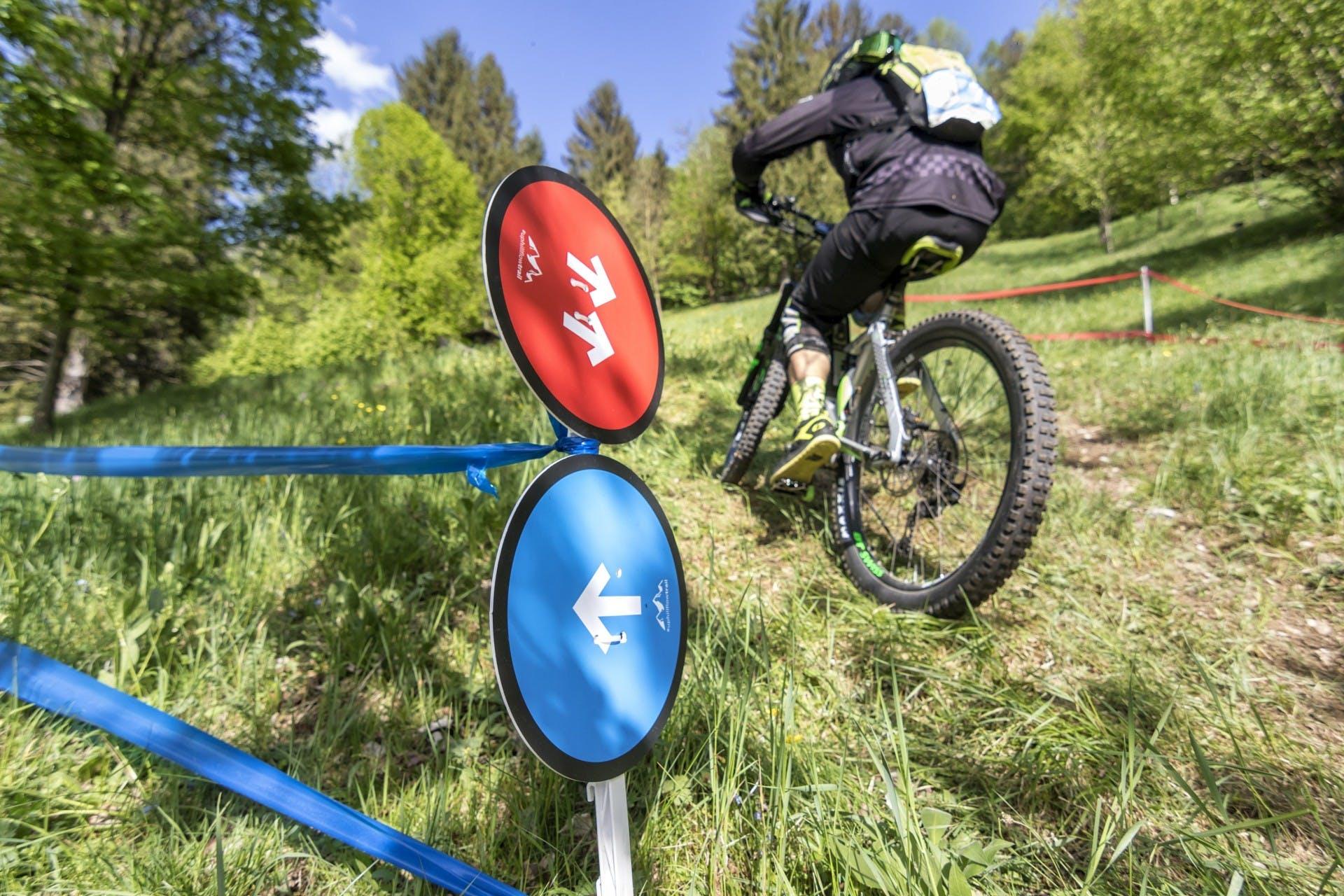 bosch eMtb challenge biker in salita ripida su un prato