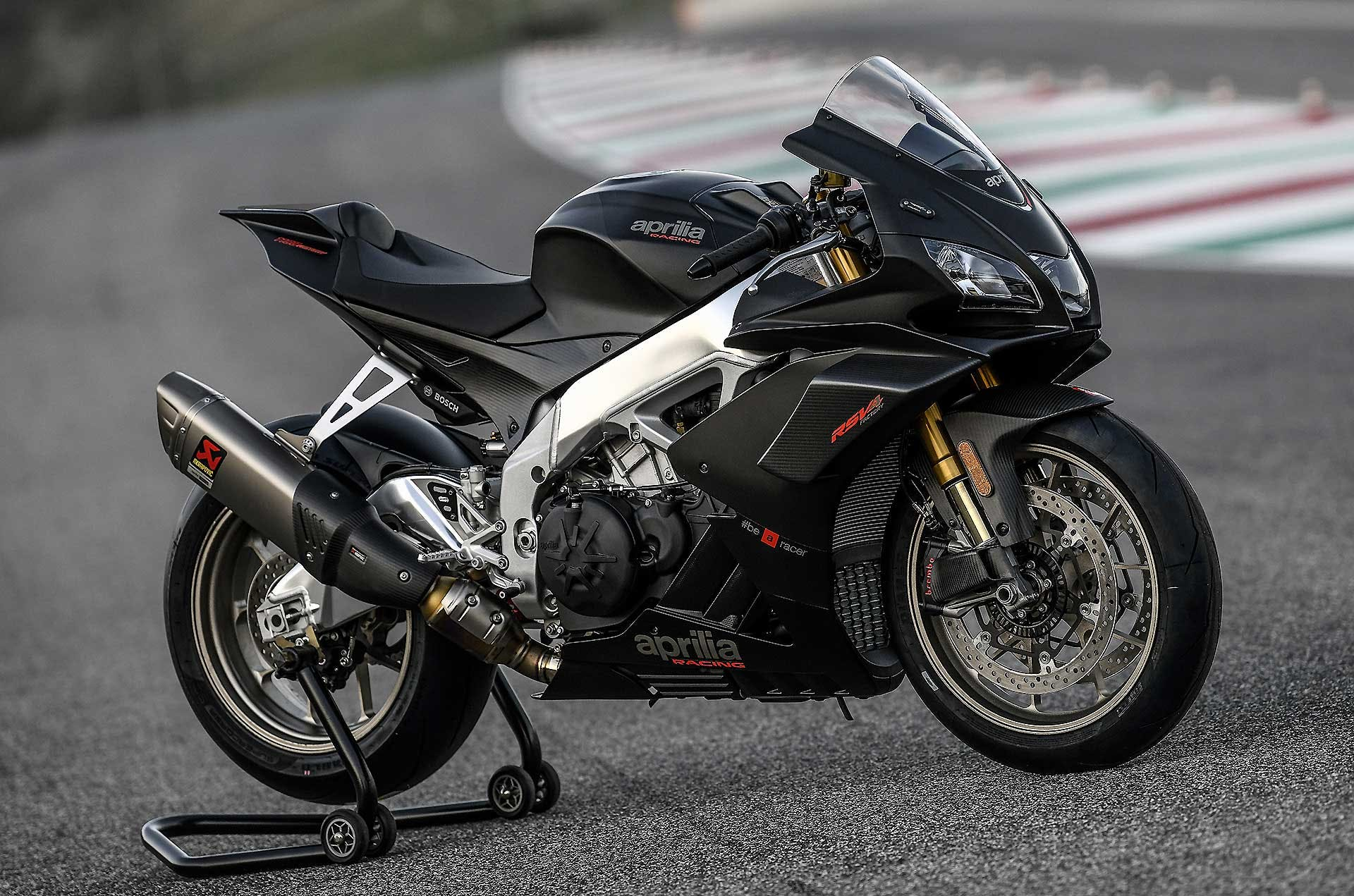Aprilia RSV4 1100 Factory moto nera vista laterale statica pista