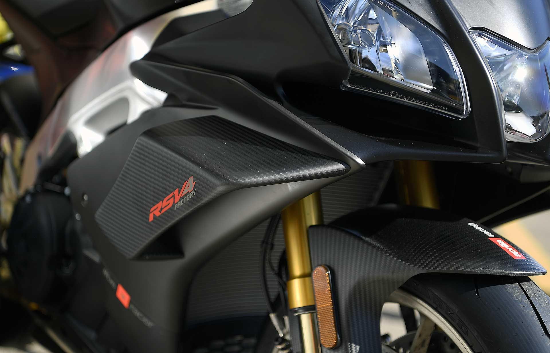 Aprilia RSV4 1100 Factory moto fari forcelle